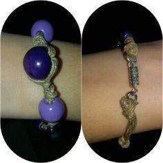 Bracciale con perle in legno viola.