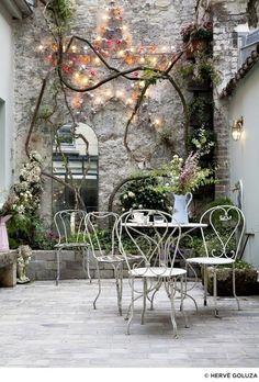 Choisir du mobilier en fer forgé pour donner un côté vintage à une terrasse