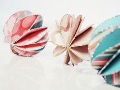 Tutorial DIY: Zrób błyszczące bombki z papieru przez DaWanda.com