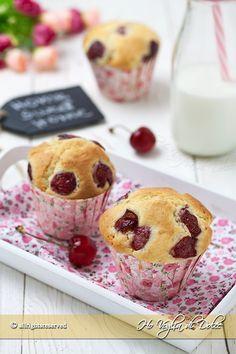 Muffin alle ciliegie dei dolcetti americani facilissimi e veloci da preparare. Una ricetta per la colazione e la merenda semplice e golosa.