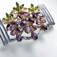 Look the exclusive design of this kimono belt accesory from the Renka collection by Niwaka. It's the traditional Potchiri only for the attire of the gheisa (Japan). #amethyst #peridot #violetsapphire #citrine #diamonds  All the collection is inspired by wisteria blossoms __________  Mira el diseño exclusivo del accesorio para cinturón de kimono de la colección  Renka de Niwaka. Es el tradicional Potchiri exclusivo para el vestuario de las gheisas (Japón). #amatistas #peridotos…