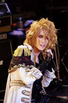 KAMIJO生誕祭「Rose Fes -Supported UUUU-」大盛況のうちに終了!! 前代未聞のテツandトモと髭男爵のコラボも!! そして、アーティストのメモリアルな公演に「花」を贈るプラットフォーム「UUUU(フォー・ユー)」が堂々始動!! Versailles / ヴェルサイユ ワーナーミュージック・ジャパン