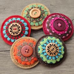 cute w/buttons & stitching - Penny Rug Felt Flowers, Fabric Flowers, Fabric Crafts, Sewing Crafts, Wool Embroidery, Embroidery Stitches, Felt Brooch, Penny Rugs, Felt Applique