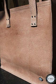 CUSTOMIZED SHOPPER  Gisteren een hele gave shopper afgeleverd. Een oud roze giraffen printje! Ik ben zelf ook wel een beetje verliefd op deze print! De klant is meegeweest naar de leerhandel om een stuk leer uit te zoeken. Jij ook jouw droomtas? www.lerentasjes.nl #handmade #lerentasjes #shopper #giraffe #bymeola #leather #droomtas #customized #leerhandel