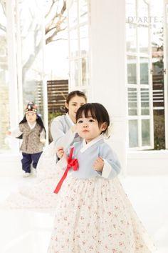 한복 Hanbok : Korean traditional clothes[dress] those cheeks! Korean Traditional Dress, Traditional Fashion, Traditional Dresses, Korean Babies, Asian Babies, Korean Fashion, Kids Fashion, Korea Dress, Modern Hanbok