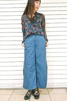 花柄シフォンシャツがエレガントな大人のカジュアルコーデ。 トップスの花柄とソックスのニュアンスを合わせて統一感を。 [レディライン]『シースルー花柄ソックス15cm丈』¥350+税 color : 黒 (その他スタッフ私物) 当店のお取り扱いアイテム: レッグウェア、インナー、ルームウェア