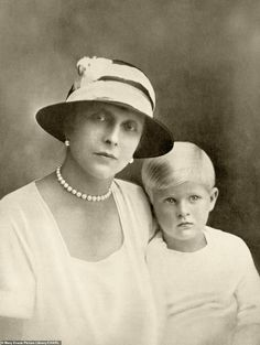Prince Philip Mother, Prince Andrew, Princess Alice Of Battenberg, Prins Philip, Palais De Buckingham, Charlize Theron Style, Greek Royalty, Greek Royal Family, All In The Family