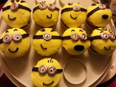 MINIONS!!!! Vanilla cupcakes with butter cream frosting, hand painted goggles ♡