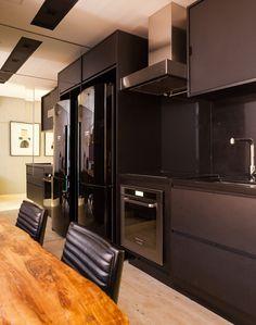 Decoração de: Cozinha; armários pretos; Casa de Valentina