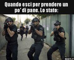 Quando esci per prendere un po' di pane. Lo stato.. Italian Memes, Strange Photos, Funny Scenes, Funny Pins, Funny Moments, Hunger Games, Funny Cute, Funny Images, Vignettes
