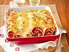 Gerollte Tortillas mit einer würzigen Füllung aus buntem Gemüse und Fleisch, die im Ofen lecker überbacken werden. Wir lieben die