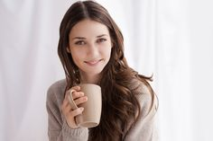 Die meisten Menschen sind echte Schleckermäuler. Egal ob es die Tafel Schokolade, das Eis oder der süße Latte Macchiato am Morgen ist: Zucker ist ständiger Alltagsbegleiter von vielen Menschen. Leider ist herkömmlicher Industriezucker alles andere als gesund oder für den Körper gut verträglich. Er übersäuert, fördert Karies und greift bei übermäßigem Verzehr sogar die Organe an. Weiter auf unserem Blog lesen... Dry Skin Remedies, Pretty Tough, Winter Beauty, Health And Wellbeing, Women's Health, Health Tips, Hair A, Coffee Drinks, Drinking Coffee