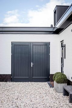 Bertram Beerbaum tries to underscore that the design is only half of the success of the execution. Garage Door Design, Garage Doors, Front Entrances, House Built, Gate Design, Entrance Doors, White Houses, Model Homes, House Front