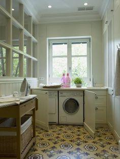 Lavadora y secadora integradas: Cocinas de estilo clásico de DEULONDER arquitectura domestica