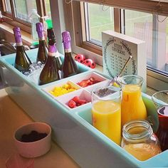 Cocktails For Parties, Wine Parties, Tailgate Bar, Mimosa Champagne, Mimosa Bar, Bloody Mary Bar, Beer Bucket, Party Spread, Beverage Tub