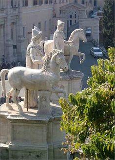 Forum Romanum: Hier die Dioskuren, Marmorgruppen aus der späten Kaiserzeit, oberhalb der Cordonata, der Rampe, die zum Kapitol hinaufführt.