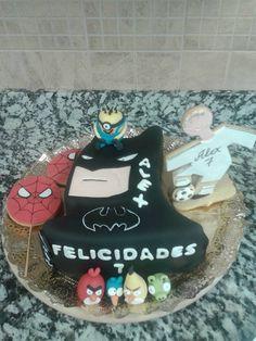 tarta batman, bizcocho de chocolate, rellena de buttercream de nocilla y decorada de fondant, galletas decoradas de fondant y muñecos de fondant