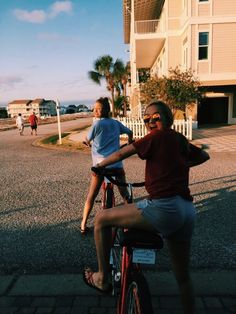 riding bikes w bff pic Cute Friend Pictures, Best Friend Pictures, Friend Pics, Summer Feeling, Summer Vibes, Besties, Bestfriends, Summer Goals, Cute Friends