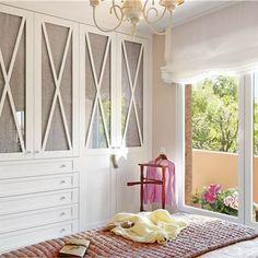 Dormitorio con armario blanco con frentes entelados y en aspa