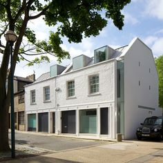 London studio Robert Dye Architects renovate and extend a mews house in Primrose Hill, London, shifting the entire end wall to create space Residential Architecture, Modern Architecture, Primrose Hill London, Architecture Foundation, Mews House, Roof Extension, Dormer Windows, House Extensions, House Design