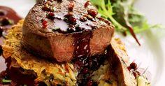 Rinderfilet mit Kartoffelrösti und roter Pfeffersoße ist ein Rezept mit frischen Zutaten aus der Kategorie Rind. Probieren Sie dieses und weitere Rezepte von EAT SMARTER!