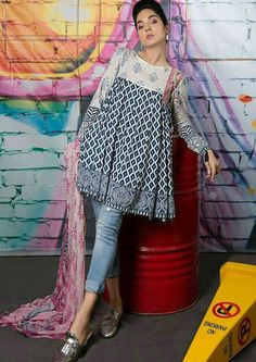 Kurti with jeans - Crazy Jeans with Frock for Upcoming Summer Fashion Look Designers Outfits Collection Frock Fashion, Fashion Moda, Fashion Outfits, Fashion Sewing, Daily Fashion, Fashion Ideas, Pakistani Dresses Casual, Pakistani Dress Design, Kurti Pakistani