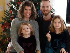 Girl Giving the Finger ~ 27 Funny & Creepy Family Christmas Photos Family Christmas, Christmas Photos, Christmas Humor, Merry Christmas, Xmas Pics, Christmas Cards, Awkward Family Photos, Family Pictures, Family Humor
