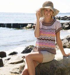 Den smarte tunika med siksak mønster og striber i mange, dejlige farver er skøn og behagelig i varmen.