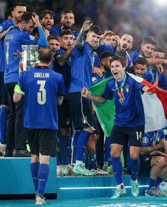 Soccer Boys, Juventus Fc, Sports Wallpapers, Football Wallpaper, Sports Memes, Uefa Champions League, Football Players, Ronaldo, Flowers Online