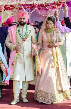 Punjabi Wedding Couple, Indian Wedding Outfits, Bridal Outfits, Indian Outfits, Bridal Dresses, Punjabi Couple, Bridal Lehenga Online, Designer Bridal Lehenga, Indian Bridal Lehenga