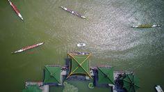 Drachenboote nehmen in Nantong (China) an einem Drachenboot-Festival teil