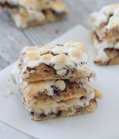 These Gooey Cinnamon Roll Cake Bars are downright sinfully delicious. Great for taking to parties too! These cake bars did not last long around my house. I kept seeing the plate of bars disappear eve Dessert Cake Recipes, Desserts To Make, Dessert Bars, Cinnamon Bread, Cinnamon Rolls, Recipes With Marshmallows, Mini Marshmallows, Cake Mix Bars, Double Chocolate Cake