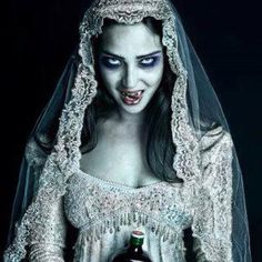 Vampire bride Vampire Bride, Vampire Girls, Vampire Art, Dark Creatures, Creatures Of The Night, Werewolf Hunter, Vampire Pictures, Elizabeth Bathory, Gothic Photography