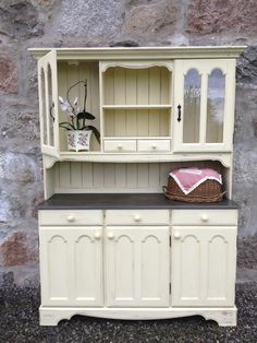 I used Annie Sloan Cream and Graphite paints for this project and covered it with two coats of clear wax.