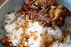 Indonesisch koken, we doen het graag thuis. Dit is een klassiekertje:saté ajam (kipsaté) en babi smoor (gestoofd varkensvlees, in ons geval speklapjes), geserveerd met rijst, gebakken uitjes, kokosrasp en natuurlijk een lading pindasaus. Voor de saté ajam (kipsaté): Snij de sjalot, knoflook en rode peper fijn. Pers de limoen uit en doe hetlimoensapsamen met de …