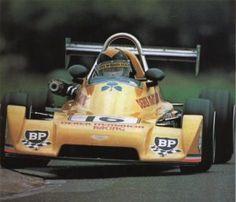 Derek Daly em seu caminho para a criação de um recorde de volta  em Brands Hatch em seu Chevron B38.