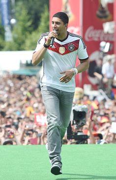 """Pin for Later: 10 überraschende Fakten über Andreas Bourani Obwohl sein Song """"Auf Uns"""" zum WM-Hit wurde, interessiert er sich selbst nur wenig für Fußball"""