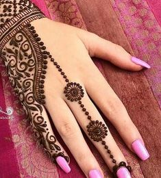 MehindeA lot of stylish and Impressive design of Mehndi Style for all the female and also model girls and women. You can find here the lot of hand made design of Mehndi style. This one is also the Latest Style of Henna Mehndi. Henna Hand Designs, Eid Mehndi Designs, Henna Tattoo Designs, Mehndi Tattoo, Traditional Mehndi Designs, Mehndi Designs Finger, Et Tattoo, Mehndi Designs For Girls, Wedding Mehndi Designs