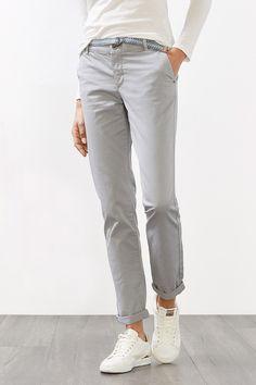Informacja o rozmiarze:  -Długość nogawki od wewnętrznej strony w rozm. 38/32: ok. 81 cm (może się różnić w zależności od rozmiaru) -Obwód dołu nogawki: ok. 33 cm   Szczegóły:  -Idealne spodnie na weekend: chino z cienkiej, gładkiej bawełny z elastanem. -Modny wzorzysty tekstylny pasek z podwójną metalową sprzączką świetnie pasuje również do innych modeli! Podszyty tkaniną pas o szerokości ok. 4 cm ma szlufki, a rozporek jest zapinany na guzik i zamek błyskawiczny. -Spodnie posiadają dwi...