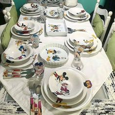 Não tenho maturidade 😍😍😍 Por - OBSESSED with plates! 😱❤️❤️❤️ Thank you so much for sharing! Cozinha Do Mickey Mouse, Mickey Mouse Kitchen, Casa Disney, Disney Rooms, Disney Kitchen Decor, Disney Home Decor, Disney At Home, Disney Dining, Mickey Minnie Mouse