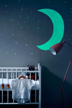 Pimeä ei enää pelota! Taika Glow tuo lastenhuoneeseen hohdetta valojen sammuttua. #taikaglow #tikkurila #sisustaminen #urbaani #sisämaalaus #maalaus #efektiseinä #pimeässähohtava #lastenhuone