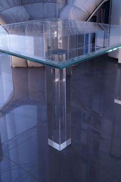 MODERNÍ SKLENĚNÝ STOLEK TB-04 | SZKLO-LUX Jaroslaw Fronczak | Processing and wholesale of glass - Deska je vyrobena z bezpečnostního skla VSG 8.8.2 Diamant (optiwhite), síla 16 mm, fazetované hrany, ve skle je umístěná rytina znázorňující proslulou kresbu Leonarda da Vinci. Nohy jsou vyrobeny z křišťálového skla. Glass Table, Entryway Tables, Modern, Furniture, Home Decor, Drinkware, Luxury, Glass Table Top, Trendy Tree