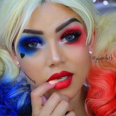 Close up of the classic Harley Quinn blue & red make up from Suicide Squad Soirée Halloween, Halloween Makeup Looks, Halloween Cosplay, Cute Clown Makeup, Classic Halloween Costumes, Maquillaje Harley Quinn, Helloween Make Up, Fantasy Make Up, Fx Makeup