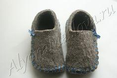 Всего немного войлока и полчаса работы. Получилась отличная вещь…. – В Курсе Жизни Felted Slippers, Shoe Pattern, Birkenstock Boston Clog, Ciabatta, Baby Shoes, Sewing, Knitting, Mini, Sneakers
