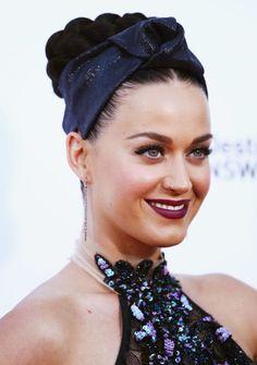 E così in un attimo Katy Perry ha rimesso in campo la fascia! Ha avvolto questa nastro blu intorno a uno chignon (forse), che con tutti quei giri di trecce fa venire mal di testa. Ha riportato questa tendenza proprio in tempo per le feste.  -cosmopolitan.it