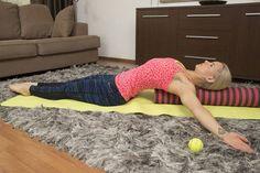Selinmakuu pitkittäin asetetun rullan päällä: Tämä liike avaa rintakehää ja hartioita. Hyvä ryhdin parantaja! Asetu selinmakuulle pitkittäin lattialle asetetun rullan päälle siten, että selkärankasi on suoraan putken päällä. Jos sinulla on lyhyempi rulla, voit roikottaa niskaa vapaasti putken ulkopuolella. Liikkeen aikana voit kokeilla erilaisia käsivarsien asentoja venyttääksesi paremmin rintalihaksia.