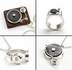 Wow. I want that!!!!! Music key chain!! sweet! #qtrax #music # record #earphones