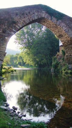 https://flic.kr/p/6ZTZnH | A Ponte Vella - Navia de Suarna (3) | Respecto a A Ponte Vella, su origen es romano. Con un único arco apuntado, con muros de protección muy altos, tiene calzada muy abombada que contribuye a realzar su aspecto monumental.