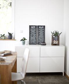 Solitäre hinzu, z. B. BESTÅ Aufbewahrungskombination mit Türen und Schubladen in Weiß