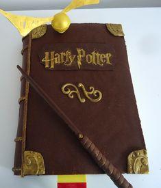 Voici le gâteau d'anniversaire de mon amoureux, grand amateur de livre.. composé d'une simple génoise garnie d'une cr...